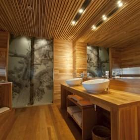 Деревянная обшивка потолка в совмещенном санузле