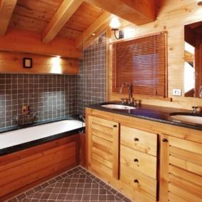 Ванная в частном доме с двумя умывальниками