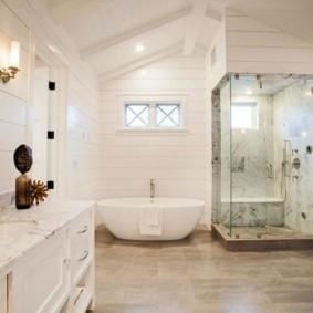 Белоснежный интерьер ванной комнаты в загородном доме