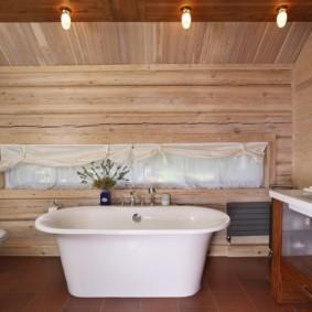 Белая ванна на коричневом полу