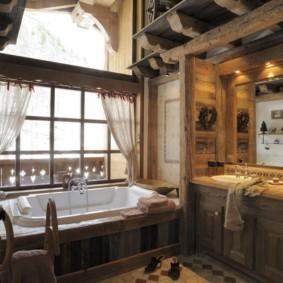 Полупрозрачные занавески на окне с деревянной рамой