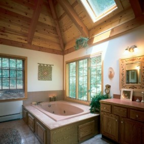 Большая ванна в углу комнаты с двумя окнами