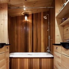Душевая стойка на стене с деревянной отделкой