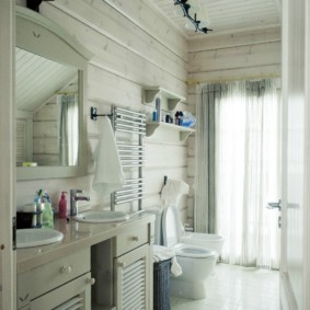 Узкая ванная комната с окном в торце