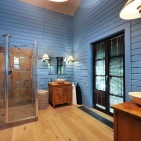 Голубая вагонка на стене ванной комнаты