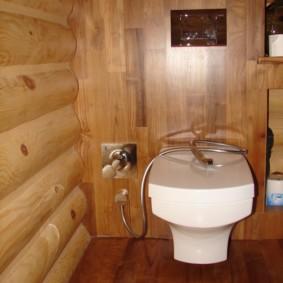 Белая сантехника на деревянном полу