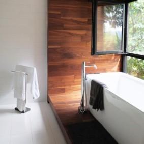 Акриловая ванна на деревянном подиуме