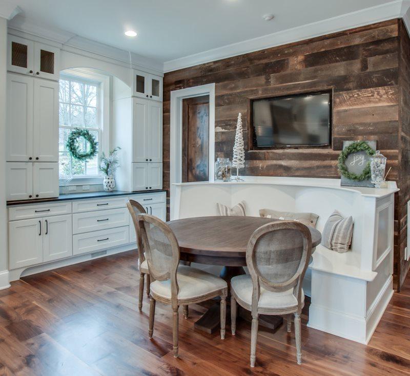 Белая мебель в кухне с деревянным полом
