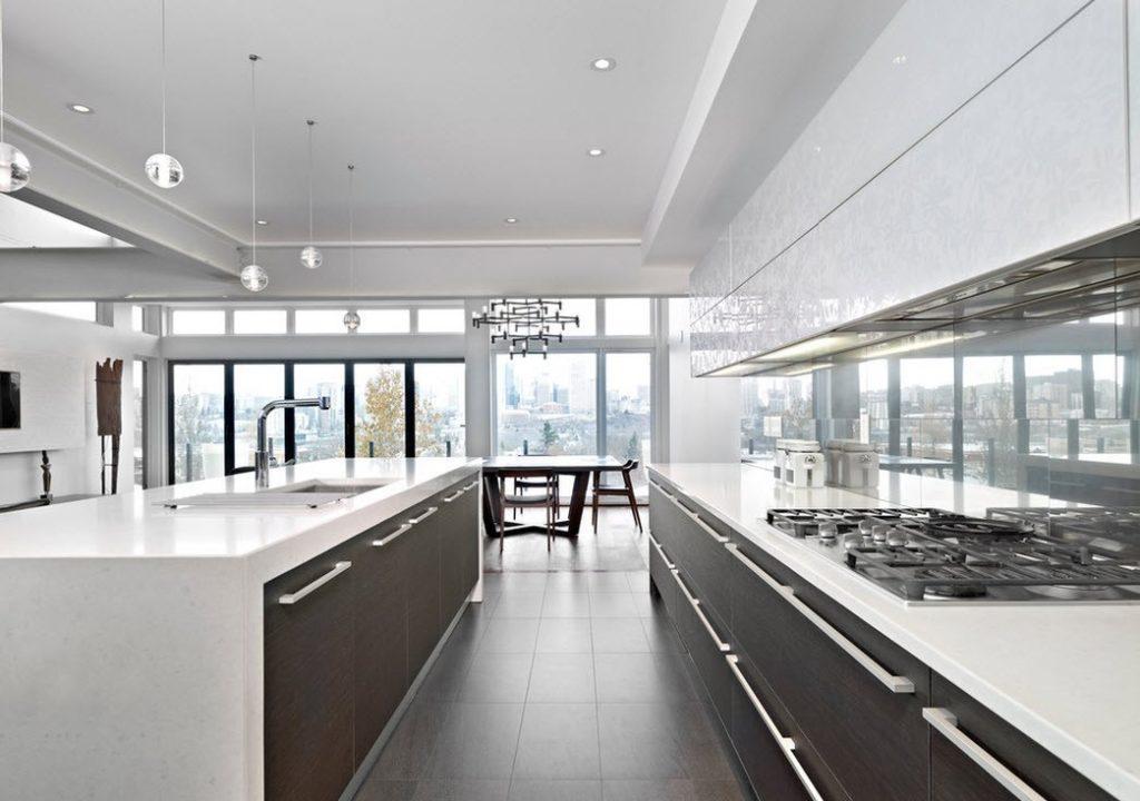 Однотонные поверхности кухонного гарнитура для кухни в стиле хай-тек