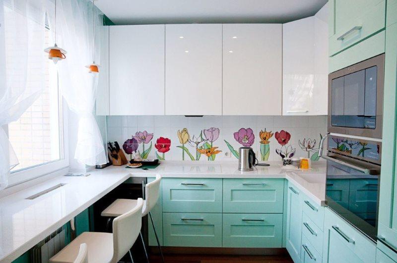 Угловой гарнитур с глянцевыми фасадами для маленькой кухни