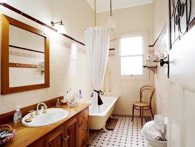 Интерьер узкой ванной комнаты с белыми стенами