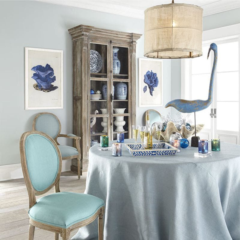 Голубая клеенка в кухне деревенского стиля