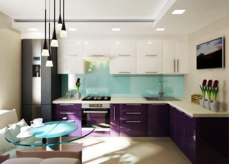Угловая кухня с фиолетовым низом и белым верхом