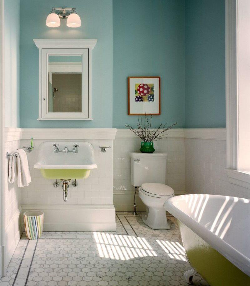 Голубые крашенные стены в ванной комнате