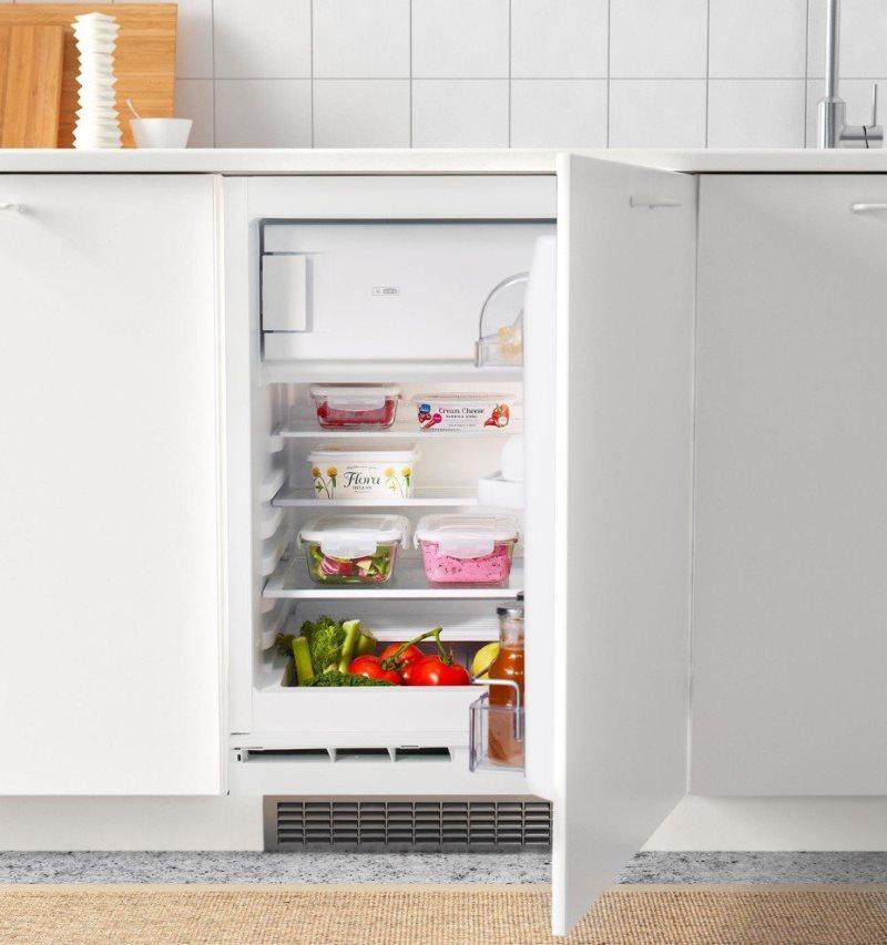 Открытая дверца горизонтального холодильника в кухне хрущевки