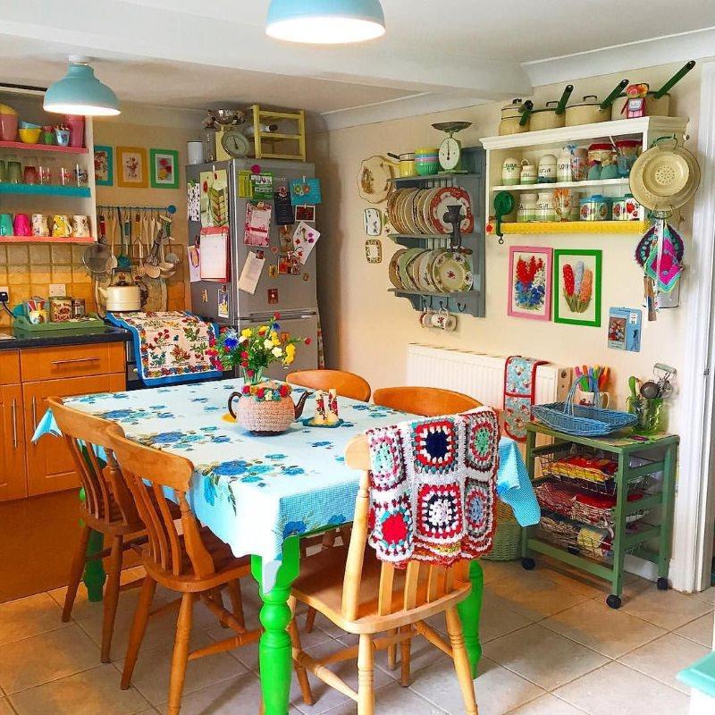 Обеденная зона кухни в стиле хиппи