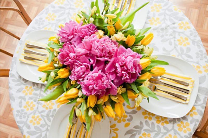 Красивый букет цветов на хлопковой скатерти