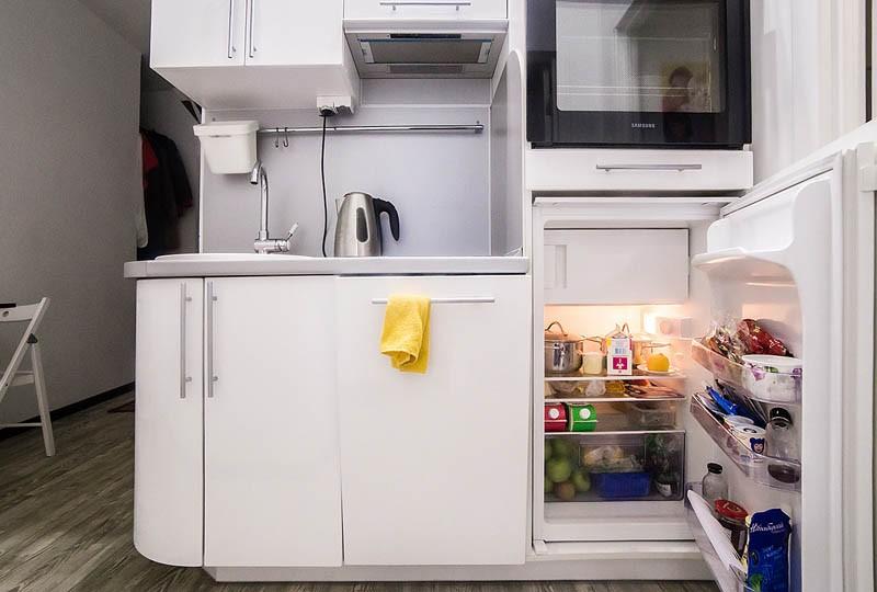Маленький холодильник в нижней части кухонного гарнитура