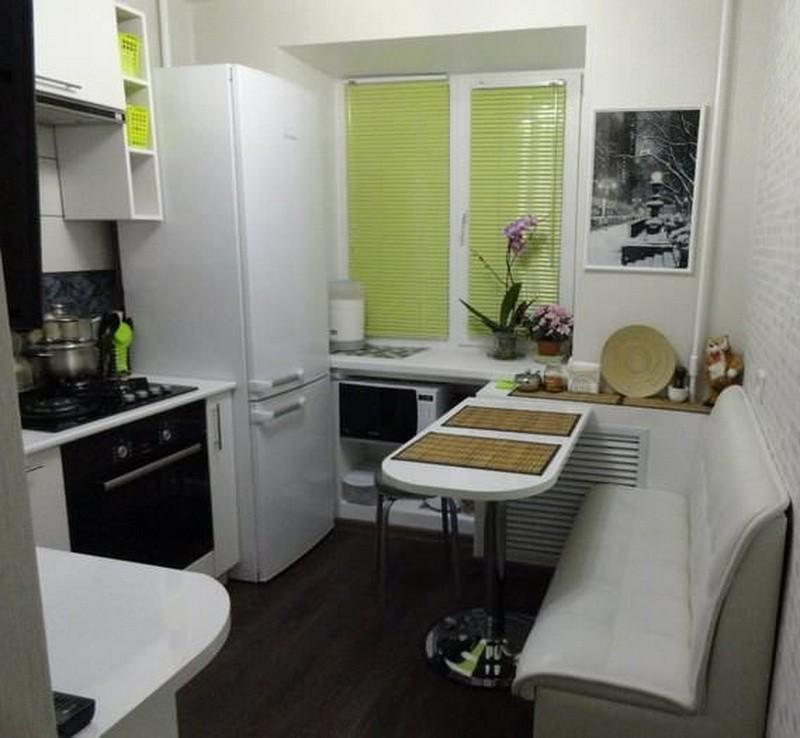 Узкий диванчик в кухне хрущевки с холодильником у окна