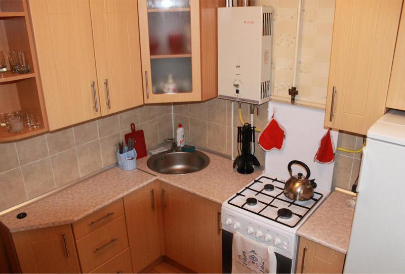 Мойка в углу кухни с газовым водонагревателем