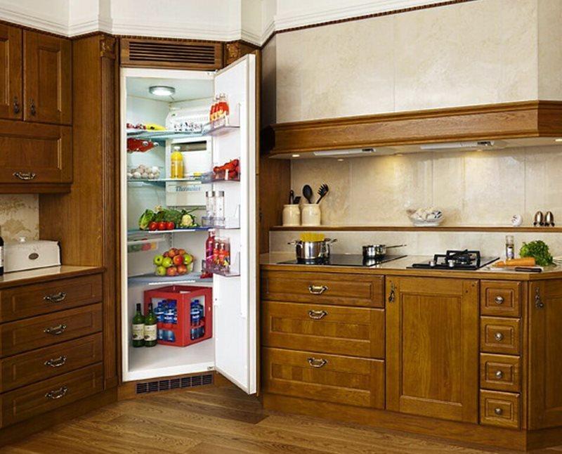 Деревянный гарнитур с холодильником в углу