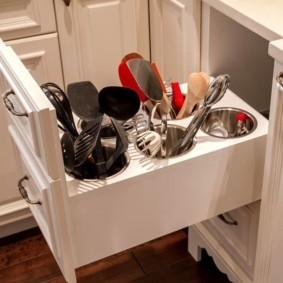 Кухонный модуль с выдвижным блоком для хранения приборов