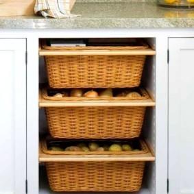 Выдвижные корзины из ротанга в кухонном гарнитуре