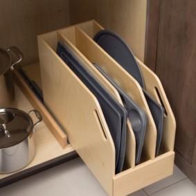 Кастрюли из нержавейки в кухонном шкафу
