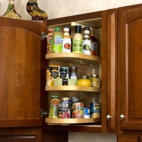 Карусель для специй в верхнем шкафчике кухонного гарнитура