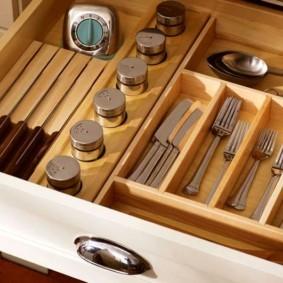 Столовые приборы в ящике кухонного гарнитура