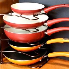Полочка для хранения сковородок в кухонном шкафу