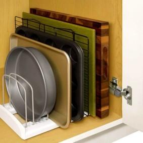 Подставка для подносов в шкафчике кухонной мебели