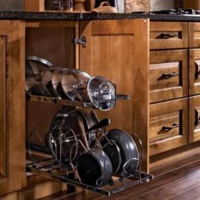 Выдвижная панель для хранения кастрюль и крышек