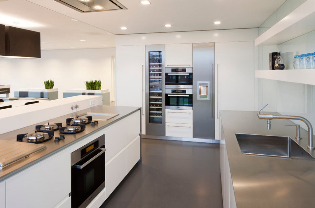 Хромированные столешницы кухонного гарнитура в стиле модерн