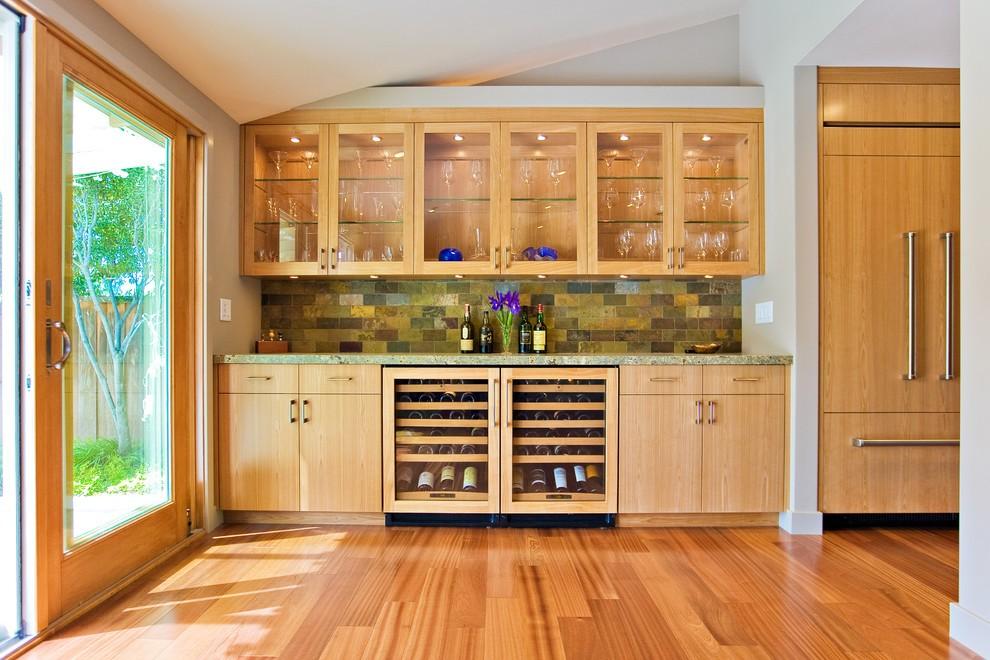 Деревянный пол в интерьере кухни стиля модерн