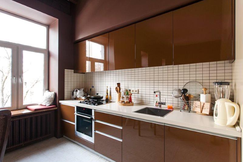 Линейный гарнитур с шоколадным фасадом без ручек