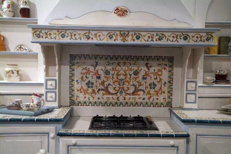 Керамическая плитка с изразцами на кухонном фартуке