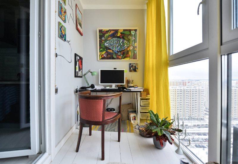 Желтая занавеска на окне рабочего кабинета на балконе