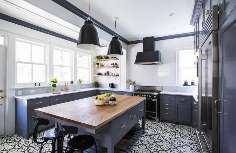 Узорчатый пол в кухне П-образной планировки