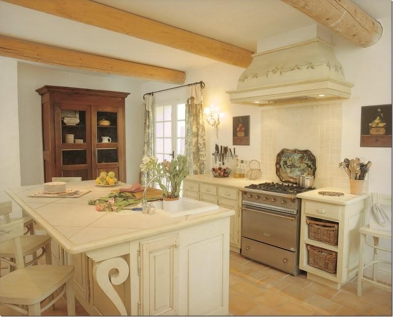 Деревенская кухня с вытяжкой каминного типа