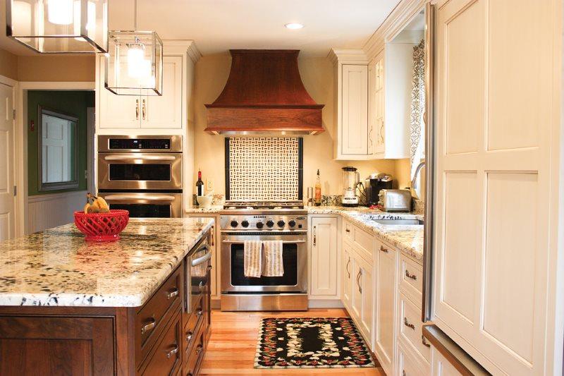 Настенная вытяжка купольного типа в кухне частного дома