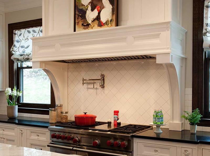 Декоративная отделка каминной вытяжки в классической кухне