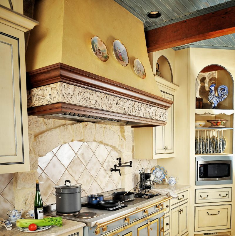Деревянная окантовка каминной вытяжке в кухне деревенского стиля