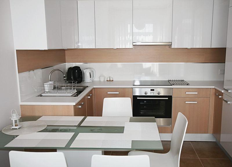 Гарнитур цвета капучино с белым в кухне небольшого размера