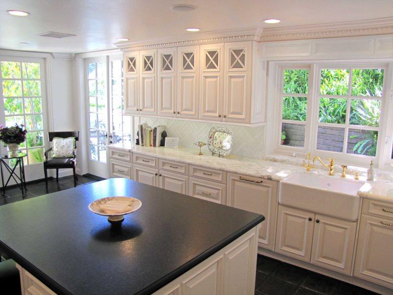 Квадратная столешница черного цвета на кухонном острове