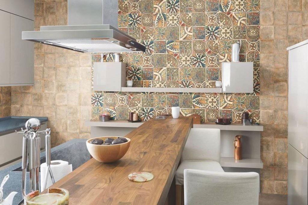 Керамическая плитка на стене кухни с барной стойкой