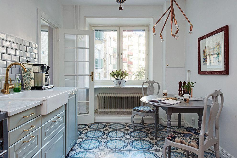 Мозаичный пол из керамической плитки в светлой кухне