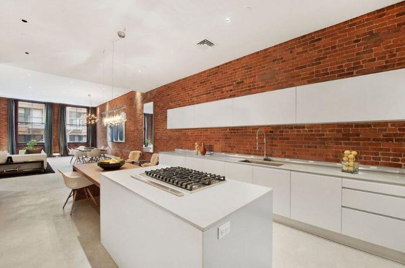 Кирпичная стена в кухне с белым потолком