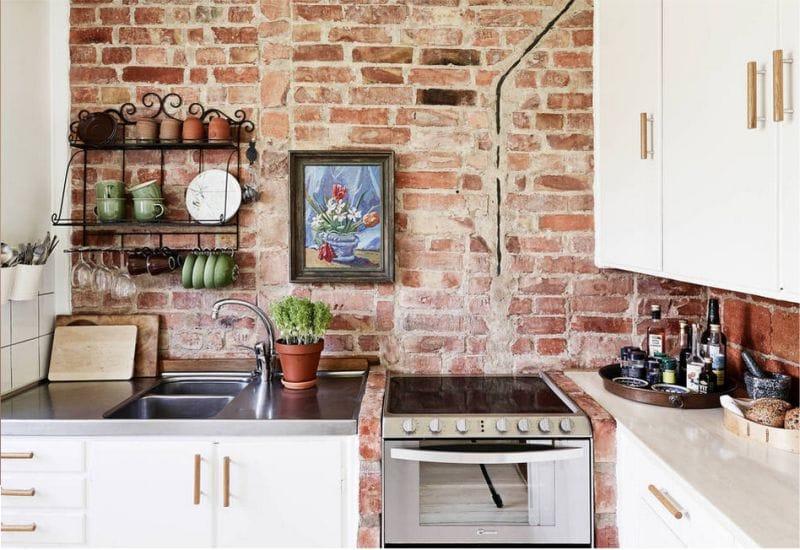 Старая кирпичная стена в интерьере кухни