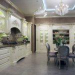 Серый пол в классической кухне